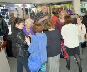 Gäste zur Ausstellungseröffnung in der Galerie InternetTreff Schlange